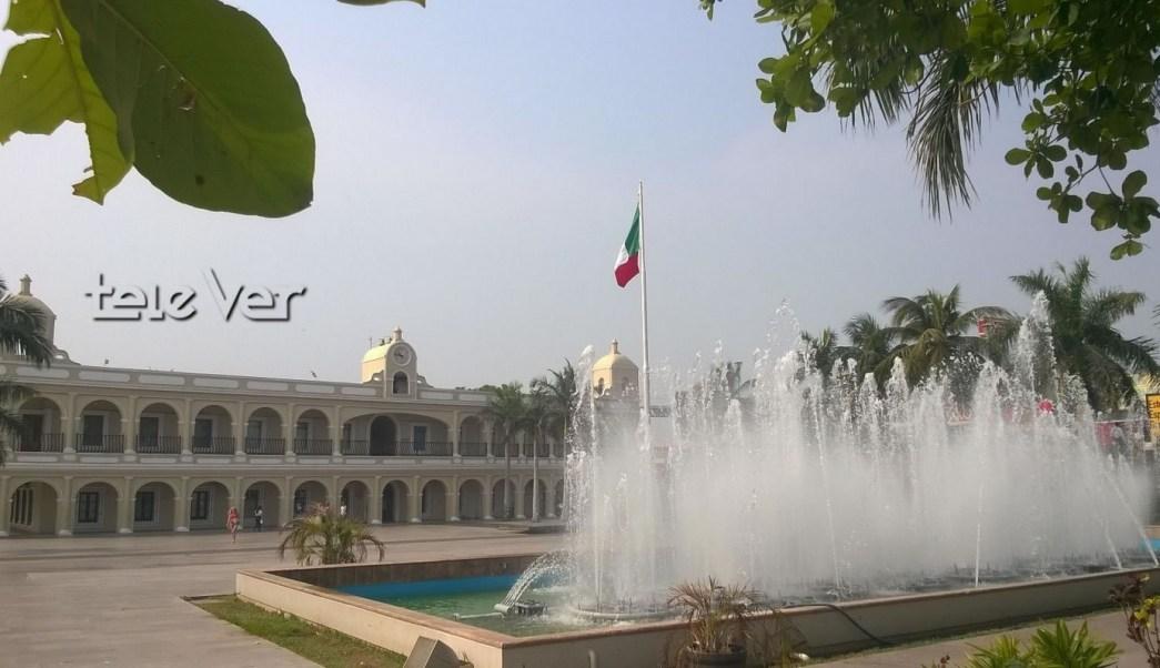 Fuente Náhuatl en plaza cívica Benito Juárez en Boca del Río, Veracruz. (Twitter @televertv, archivo)