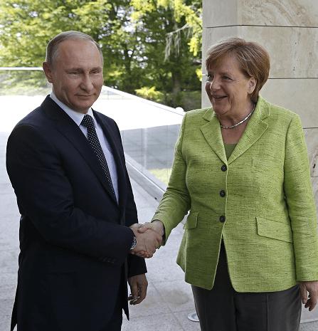 Vladimir Putin y Angela Merkel en Sochi, Rusia