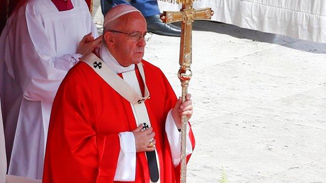 El papa Francisco celebra una misa de Pentecostés en la Plaza de San Pedro en el Vaticano (Reuters)