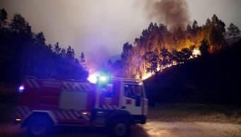 bomberos, trabajan, apagar, incendio forestal, Bouca, Portugal