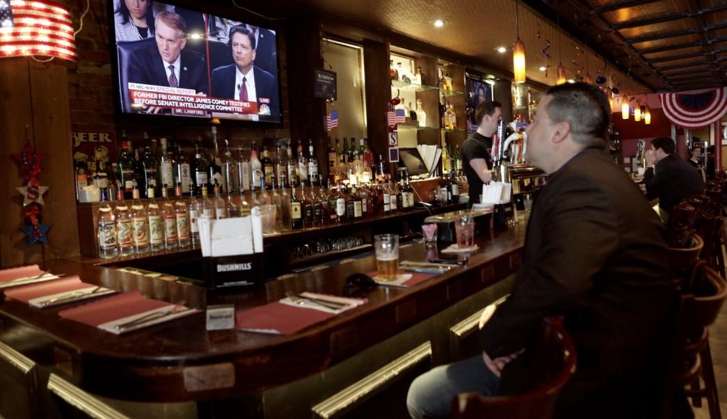 Abarrotan bares en EU para ver la comparecencia de Comey
