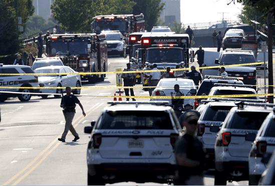 Agentes de policía estadounidenses permanecen en el lugar donde se produjo un tiroteo en Alexandria, Virginia