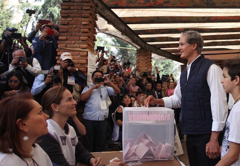 Alfredo del Mazo deposita su voto en Huixquilucan
