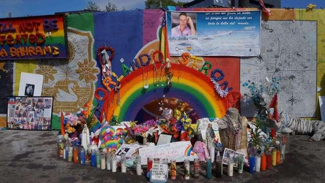 Altar para víctimas de la masacre en el bar Pulse