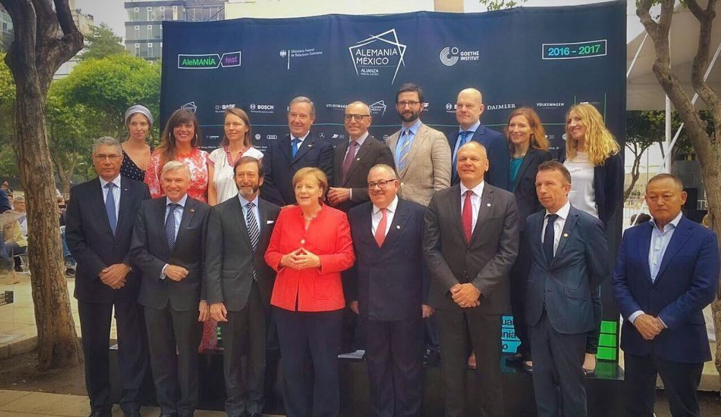 Ángela Merkel visita Pop Up Tour en el Monumento a la Revolución