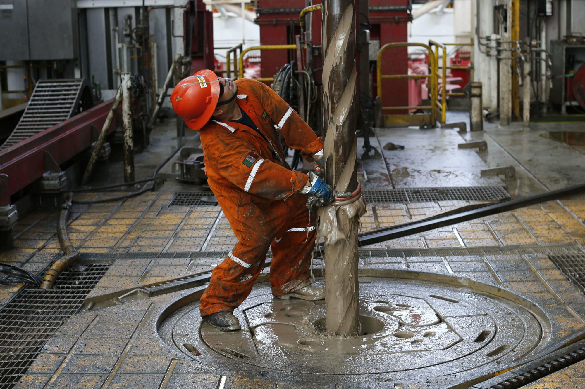 Imagen de petrolero en una planta de Pemex
