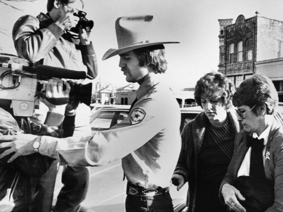 Policía escolta Genene Jones a su juicio.