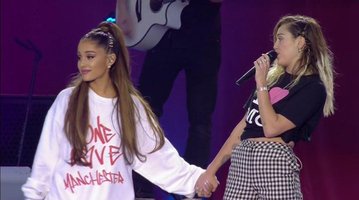 Ariana grande y Miles cyrus cantan en manchester
