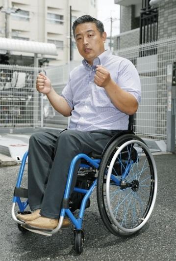 Hideto Kijima, con la mitad inferior de su cuerpo paralizado se vio obligado a subir por sus propios medios 17 escalones para abordar un avión de Vanilla Air (Getty Images)