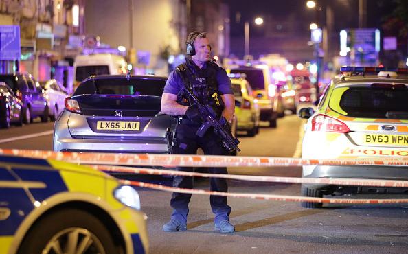 Un oficial de la Policía armado vigila la zona del atentado (Getty Images)