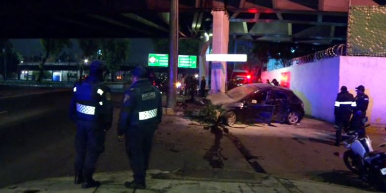 Un auto se impacta contra puente sobre calzada de tlalpan