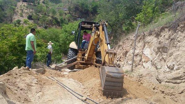 Trabajadores de acapulco acondicionan una vialidad del municipio