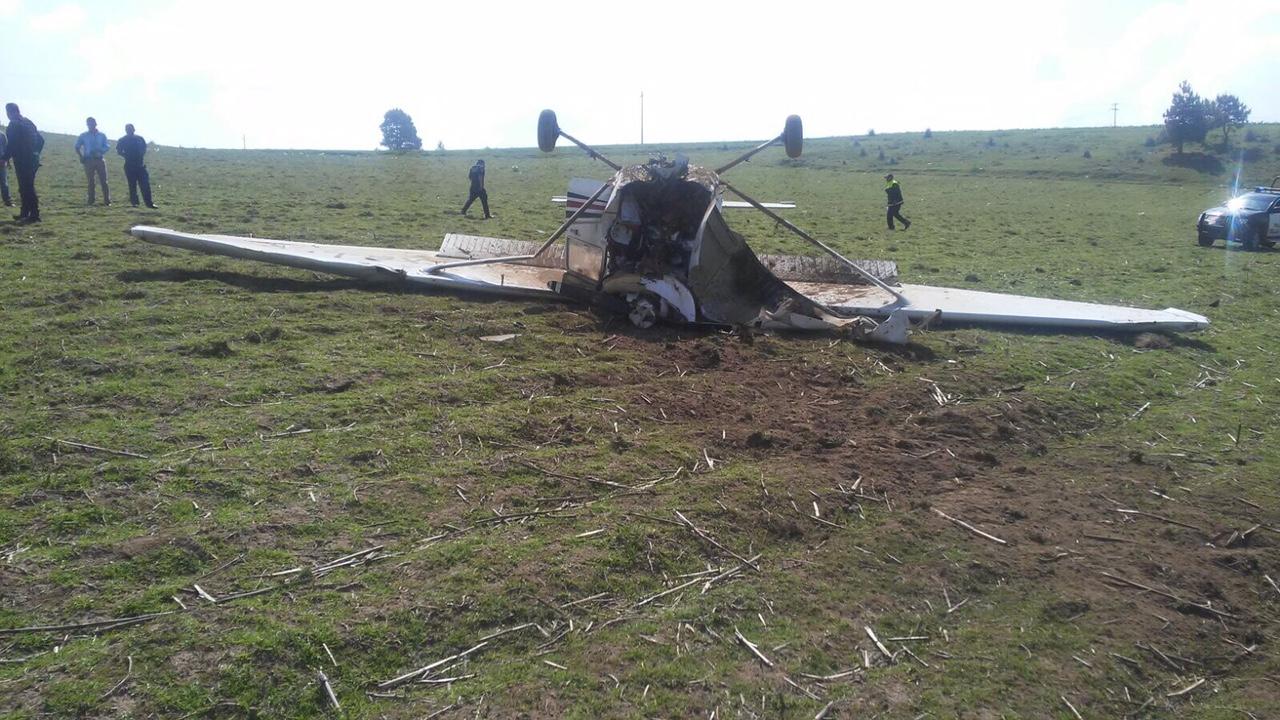 Avioneta se desploma sobre campo de cultivo en Edomex
