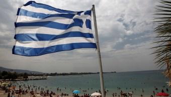 Bandera de Grecia ondenando en una de sus playas