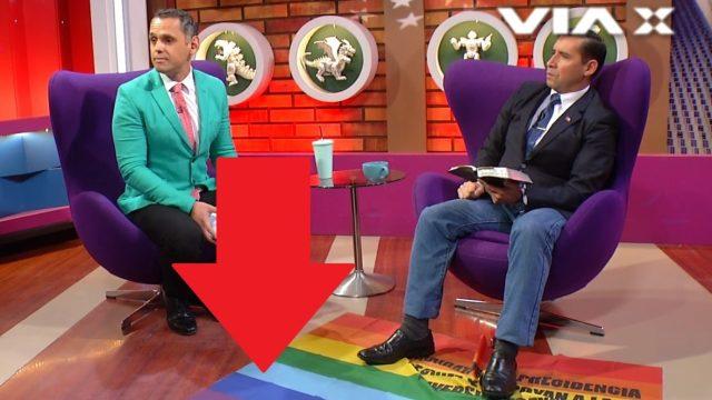 Bandera lgbt es pisoteada por pastor chileno