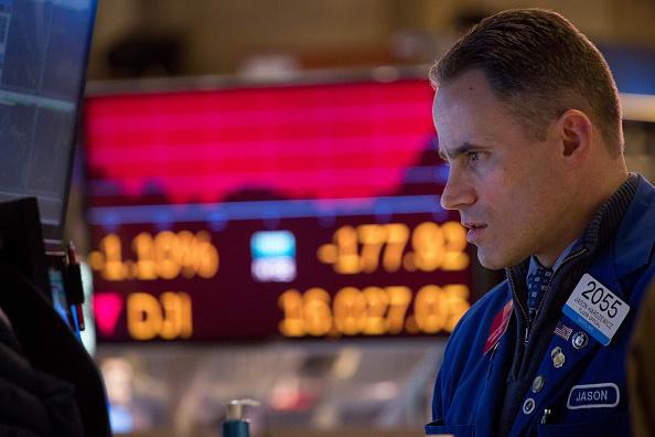 Operador en el piso de remates de la Bolsa de Nueva York