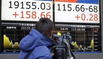 Tablero electrónico con resultados positivos de la Bolsa de Tokio