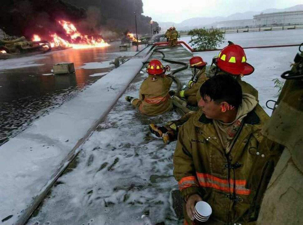 Bomberos combaten incendio en refinería de Salina Cruz, Oaxaca