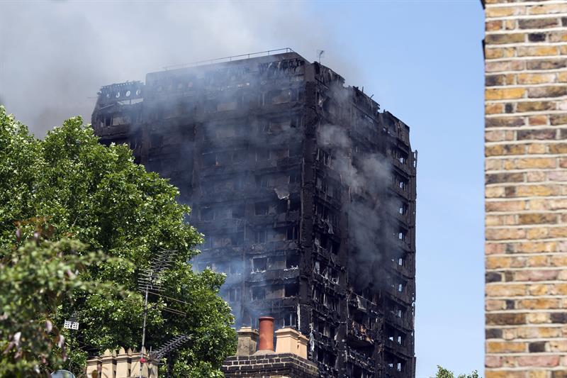 Bomberos de Londres controlan incendio en torre
