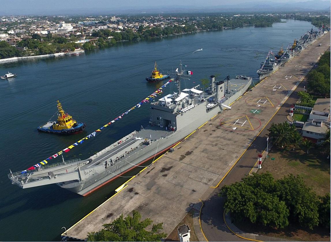 Un buque de la armada de mexico atraca en lazaro cardenas