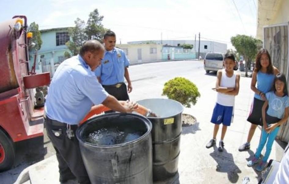 Camiones cisterna iniciaron la entrega gratuita de agua en Ciudad Juárez. (Twitter: @MunicipioJuarez)