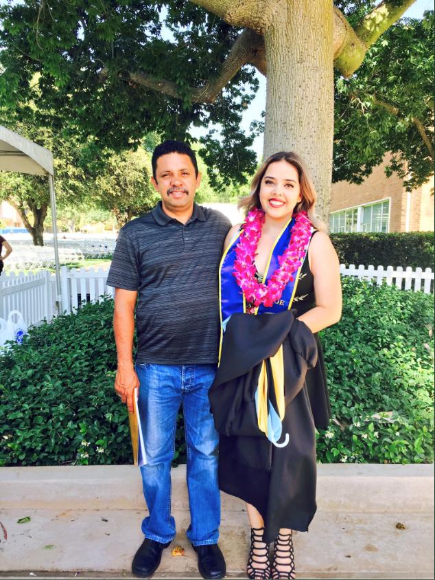 Gabby Alfaro, feliz el día de su graduación junto a su padre, Carlos
