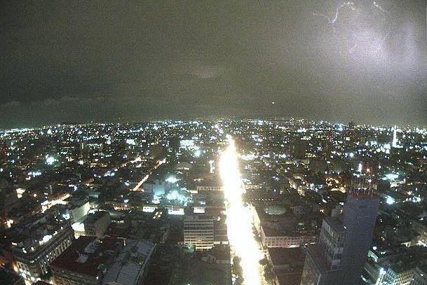 La lluvias estuvo acompañada por tormentas eléctricas (Twitter @webcamsdemexico)