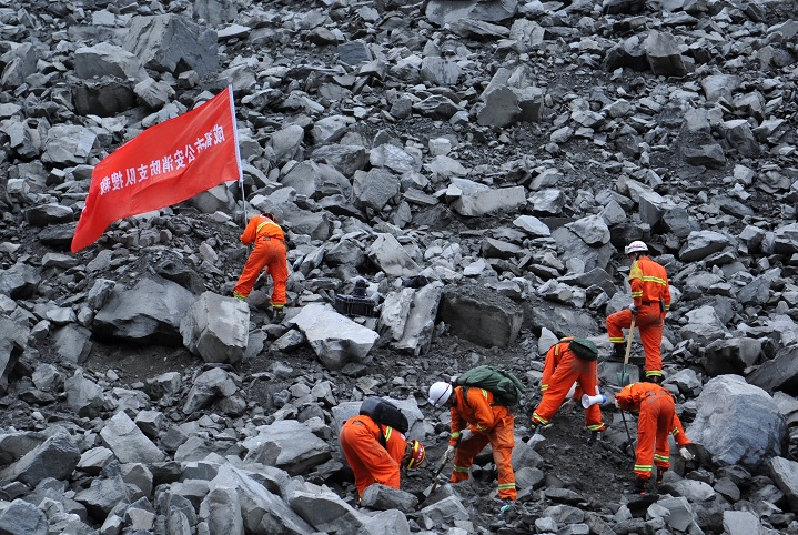 Trabajadores de rescate buscan sobrevivientes en el sitio de un derrumbe ocurrido en el pueblo de Xinmo, China (Reuters)