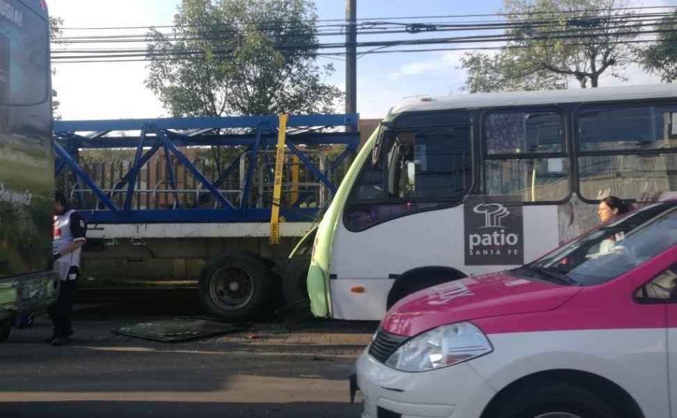 Microbús choca contra tráiler en Santa Fe; hay 22 lesionados