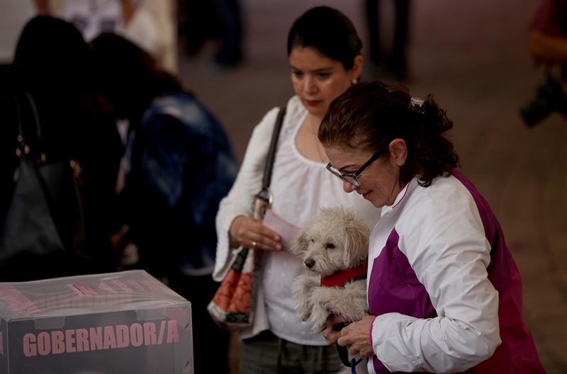Ciudadanos salen a votar en Coahuila