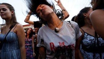 Una mujer baila en concierto tributo a The Beatles en Cuba