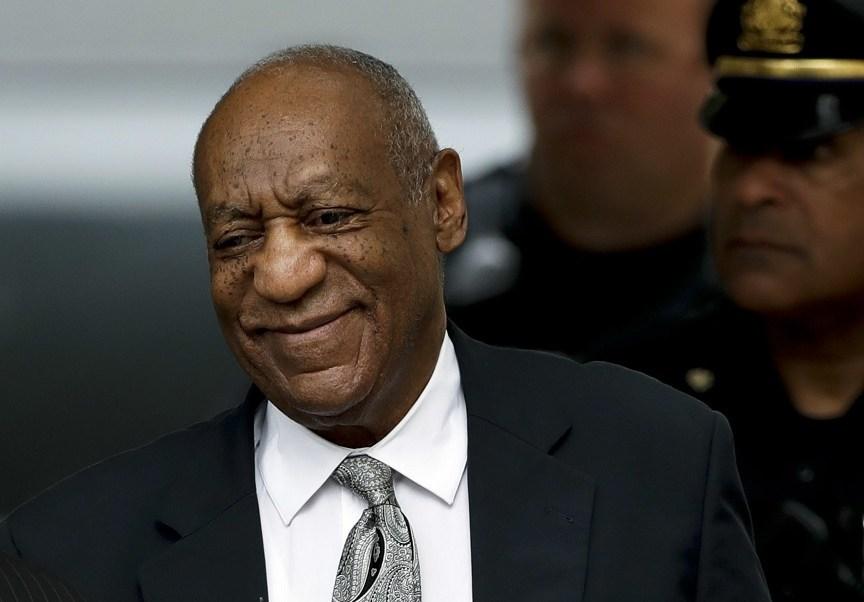 El comediante Bill Cosby quien se presentó como no culpable, sale en libertad del tribunal del condado de Montgomery en Norristown, Pensilvania (AP)