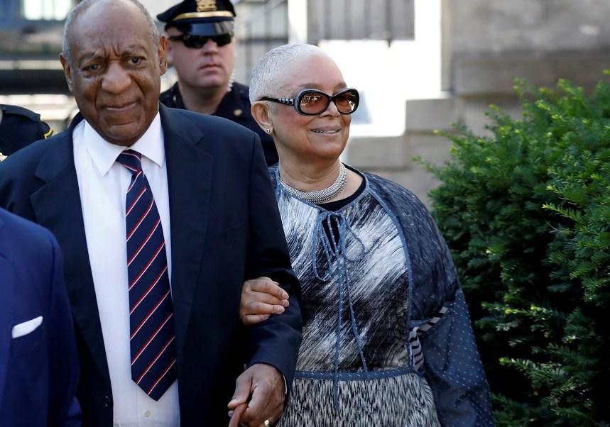 El actor y cómico Bill Cosby llega con su esposa Camille para el sexto día de su juicio de agresión sexual en Pensilvania, EU (Reuters)