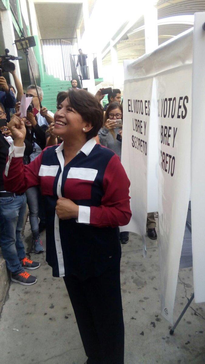 Delfina Gómez antes de depositar su voto en la urna. (Twitter @XochitlMorena)