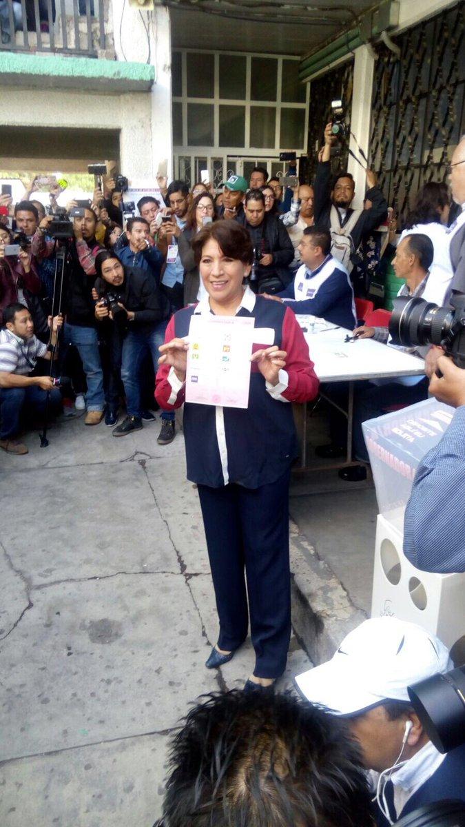 Delfina Gómez muestra la boleta electoral antes de emitir el sufragio en el Estado de México. (Twitter @XochitlMorena)