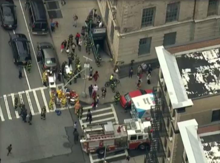 Servicios de emergencia atienden el descarrilamiento de un vagón del metro de NY(Facebook: CBS New York)