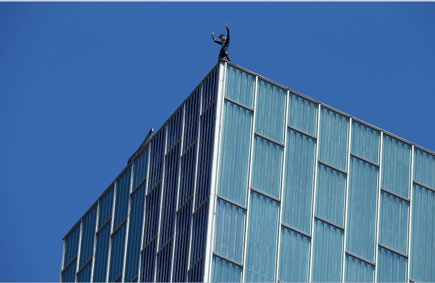 El 'hombre araña francés' llegó a la cima del hotel en tan sólo 20 minutos