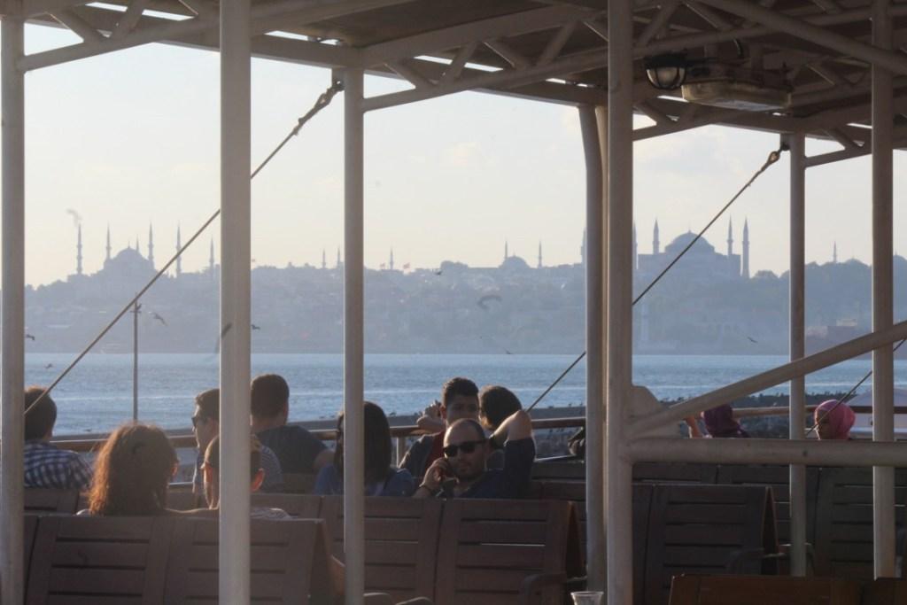 turcos a la orilla del Bósforo