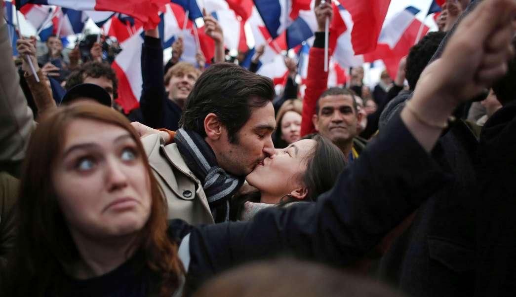 Ciudadanos franceses se besan durante un mitin político