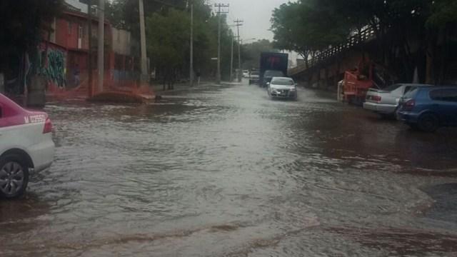 La fuga de agua potable en Iztapalapa encharcó las calles cercanas. (Twitter: @pepejimlin)