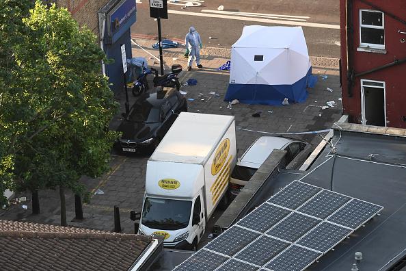 Un oficial policial de la policía se encuentra junto a una furgoneta que se cree está involucrada en un incidente (Getty Images)