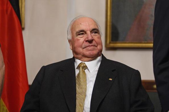 Helmut Kohl acude a una cena en berlin