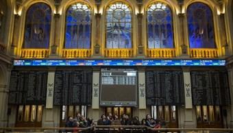 Tablero electrónico muestra el desempeño en la Bolsa de Madrid