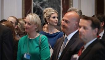 Ivanka trump asiste a una reunión en la casa blanca