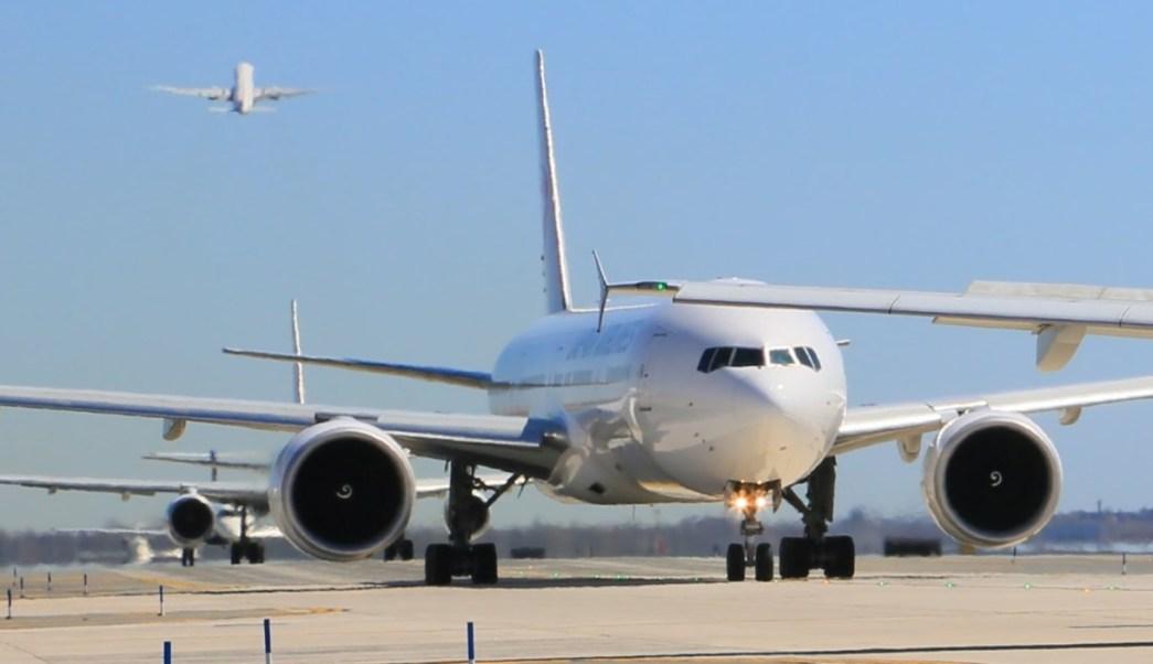 Habrá medidas más estrictas para todos los vuelos comerciales a EU. (Twitter: @JFKairport/Archivo)