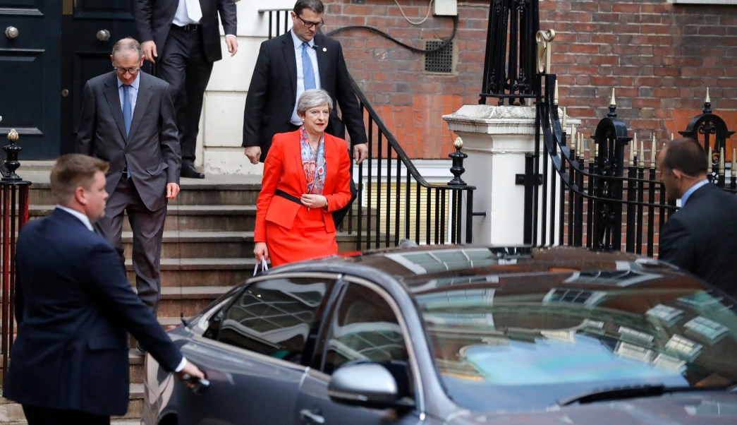 Theresa May, sale del cuartel general del partido conservador en Londres