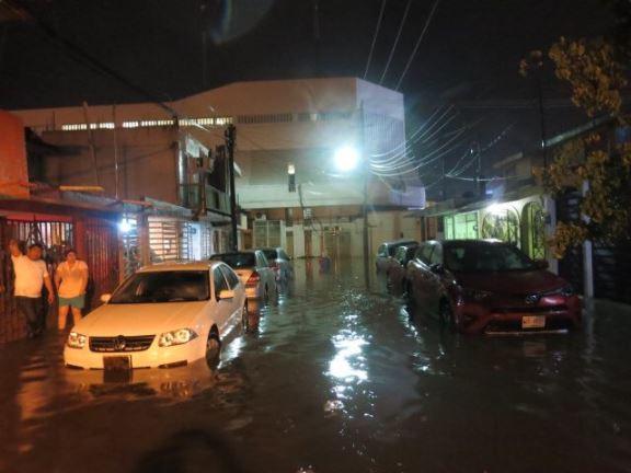Autos y casas inundadas por lluvias en Villahermosa