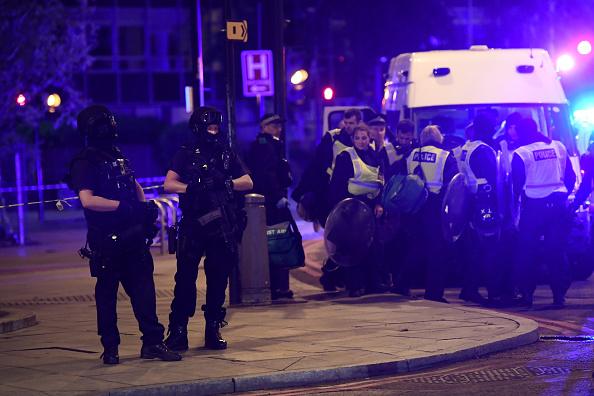 La policía responde a la emergencia de que un vehículo arrollaba a peatones en el Puente de Londres (Getty Images)