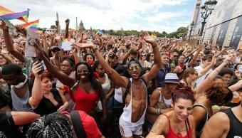 Miles de personas celebran el orgullo gay en París, Francia (Getty Images)