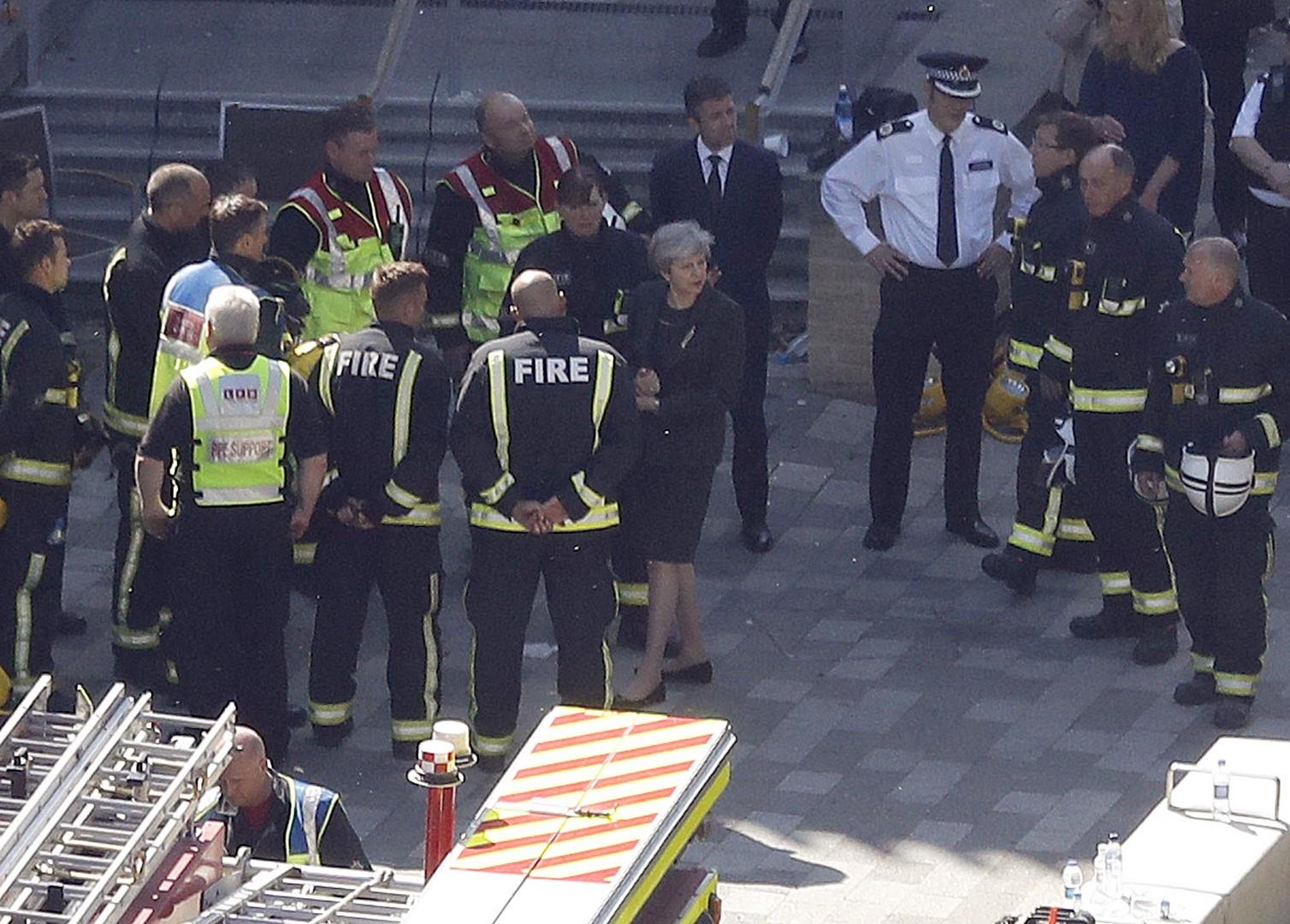 Primera ministra británica ordenó investigar incendio de torre Grenfell de Londres